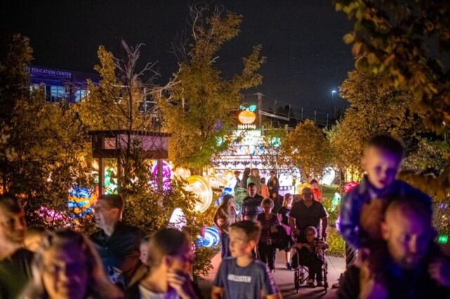 If you haven't stopped by @theomahazoo for Ghouls & Glow yet, you still have one more week! Every night through October 30, enjoy a light-time adventure for the whole family (complete with plenty of candy!).  📸 : @theomahazoo